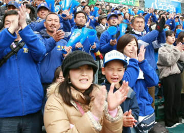 惜しくも敗れた後、選手たちを拍手でたたえるアルプス席の明豊応援団=2日、甲子園球場