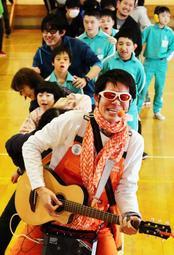 かつて楽器を寄贈した気仙沼支援学校へ3度目の訪問。「ここではスター扱いしてもらえる」と自嘲するしんごお兄さん=宮城県気仙沼市