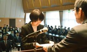 武田教育長から辞令を受け取る教職員