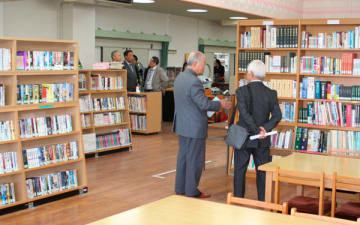 【天白小学校に開館するコミュニティ図書館の内覧会=松阪市曽原町で】