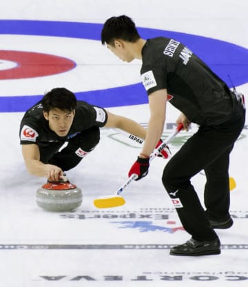 1次リーグの韓国戦でショットを放つコンサドーレの谷田。右は清水=レスブリッジ(カナダ通信・AP=共同)