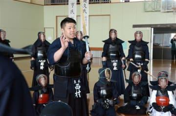 小中学生に剣道を指導する西村英久6段=八代市