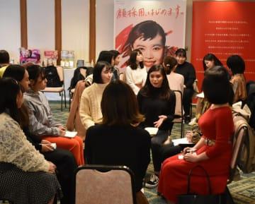 伊勢半の「顔採用」枠の会社説明会。学生たちは思い思いの服装で訪れ、グループに分かれての討論では積極的にアピールしていた