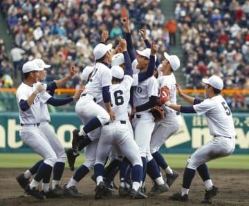 第91回選抜高校野球大会で習志野を破り30年ぶり、単独最多の5度目の優勝を果たし喜ぶ石川(右から3人目)ら東邦ナイン=3日、甲子園球場