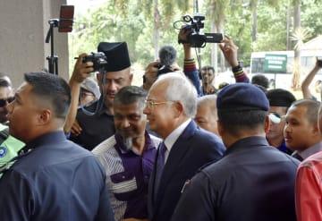 高裁に到着したマレーシア前首相のナジブ被告(中央)=3日、クアラルンプール(共同)
