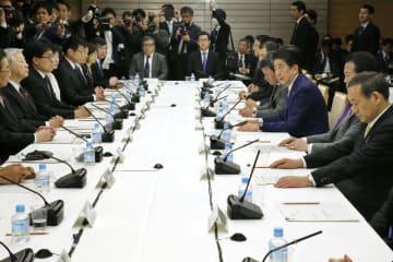 首相官邸で開かれた未来投資会議=3日午後