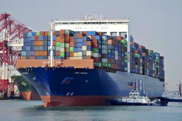 中国東部山東省の青島に入港するコンテナ船=1日(AP=共同)