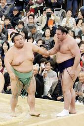 春場所千秋楽の再現となる栃ノ心との取組もあり、ご当所のファンを沸かせた新大関貴景勝(左)