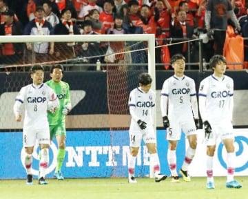 後半42分に大宮に勝ち越しゴールを決められ、肩を落とすファジアーノ岡山の上田康太(右から3人目)ら=NACK5スタジアム大宮