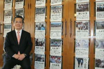 写真と文章で生徒を褒める掲示を続けた山香昭前校長=中津市の豊陽中学校