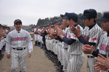 選手らに見送られグラウンドを後にする木口邦夫さん(左)=小美玉市張星