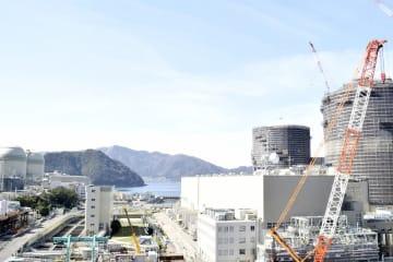 安全対策工事が進む高浜原発1、2号機(右側)と運転中の高浜原発3、4号機(左側)。原発を巡る課題は山積している=3月9日、福井県高浜町田ノ浦