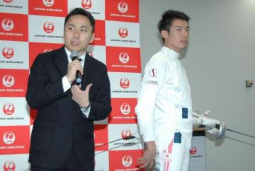 北京五輪の男子フルーレ個人で日本勢史上初となる銀メダル、ロンドン五輪団体でも銀メダルを獲得した日本フェンシング協会の太田雄貴会長は3日、成田空港の日本航空(JAL)成田オペレーションセンターで開かれたイベントで、来年に迫った東京五輪・パラリンピックに向けフェンシングの魅力をアピールし、「20万席をパンパンにしたい」と意欲を語った。   東京五輪では、同競技は幕張メッセ(千葉市美浜区)が会場。 ...
