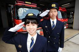 三田で初の女性消防士になった三好結友さん(左)と同期の芦田達人さん=市消防本部
