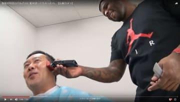 球団職員の髪を陽気に切るバルガス選手