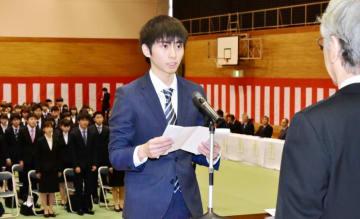 入学生を代表して宣誓する佐藤颯さん