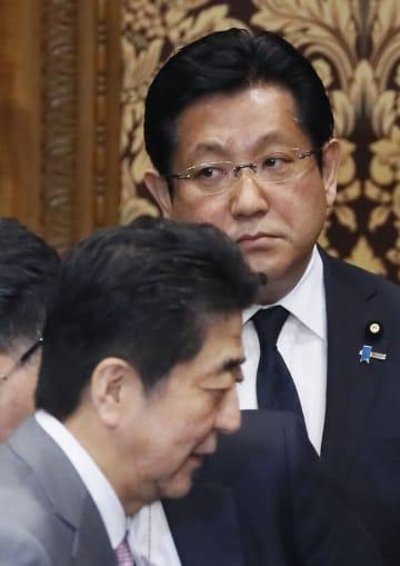 参院決算委の委員会室を出る安倍首相(手前)と塚田一郎国交副大臣=4日午前