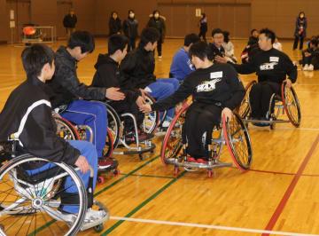 宮城マックスの選手らと子どもたちが交流した車いすバスケの体験教室