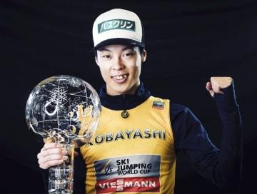 W杯ジャンプ男子で日本人初の総合優勝を果たした小林陵侑選手=3月、スロベニアのプラニツァ(共同)
