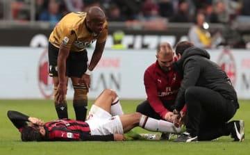 ピッチに倒れ込み、治療を受けるパケタ photo/Getty Images