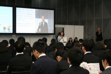 マイナビが企画した合同企業説明会でアピールする人事担当者=3月5日、東京都文京区