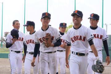 春季高校野球県大会を制し、笑顔を見せる興南ナイン=4日、北谷球場