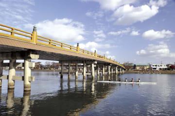 """東から西(京)へ抜ける際、船での近道は強風の心配があるため、遠くても瀬田まで南下し、唐橋を渡った方が安全とされ、これが""""急がば回れ""""ということわざの由来にもなったと伝えられている。"""