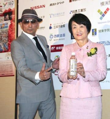 記者会見で横浜市の林文子市長(右)と記念撮影するクレイジーケンバンドの横山剣さん=4日午後、横浜市