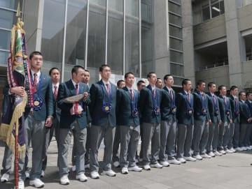 学校に凱旋し、優勝報告会に臨む東邦の選手たち=4日、名古屋市
