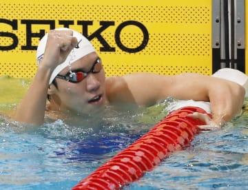 男子200メートル自由形で2連覇し、喜ぶ松元克央=東京辰巳国際水泳場