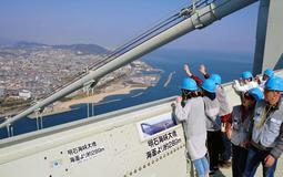 高さ約300メートルからの眺望を楽しむ参加者=明石海峡大橋