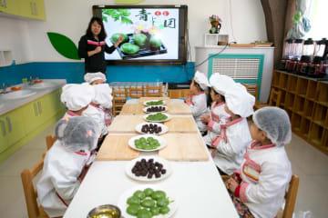 もうすぐ清明節 中国各地の幼稚園で草団子作り