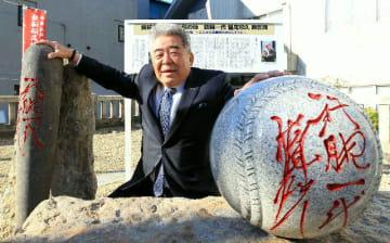 完成したモニュメントとおいの稲尾幸則さん=4日、別府市元町の波止場神社