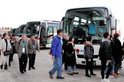 神戸港で客船から下りて観光バスに乗る中国人旅行客。行き先は大阪や京都が中心だ=神戸市中央区、神戸ポートターミナル