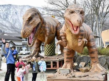 春の訪れとともに「道の駅九頭竜」に戻ってきた恐竜親子のモニュメント=4月4日、福井県大野市朝日
