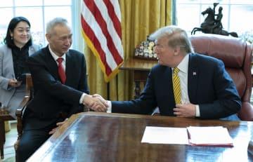 4日、米ホワイトハウスで握手するトランプ大統領(右)と中国の劉鶴副首相(UPI=共同)