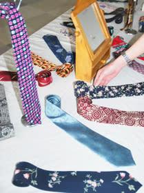 草木などで染めたネクタイなどが並ぶ「あそび展」