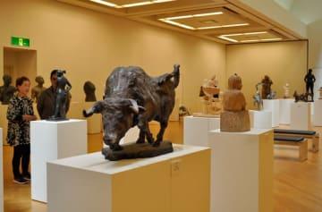 【県彫刻会会員の作品が並ぶ会場=津市一身田上津部田の県総合文化センター第2ギャラリーで】