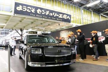 トヨタ センチュリーの製造工場ラインを見学 工場見学には多くの報道陣が参加した