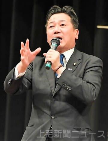 演説で政府与党を批判する福山幹事長