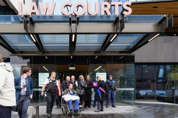 5日、ニュージーランド・クライストチャーチの高裁を出る銃乱射事件の負傷者(ゲッティ=共同)