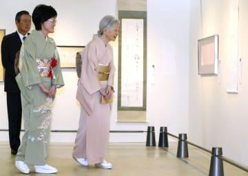 「第50回現代女流書100人展」を鑑賞される皇后さま=5日午前、東京都中央区(代表撮影)