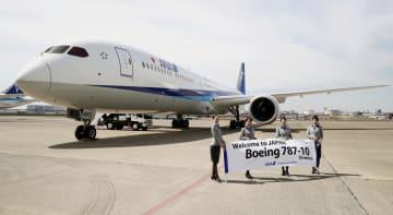 報道関係者に公開されたボーイングの新型機「787―10」=5日午前、羽田空港
