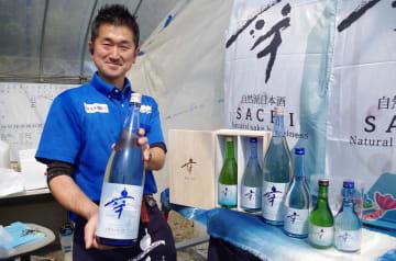 爽やかな青い瓶にボトルを刷新した新酒をアピールする高橋代表=大網白里市