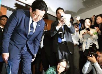 記者会見で謝罪する塚田一郎国交副大臣=5日午前11時59分、国交省