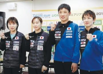 記者会見でポーズをとる(左から)平野、石川、張本、丹羽