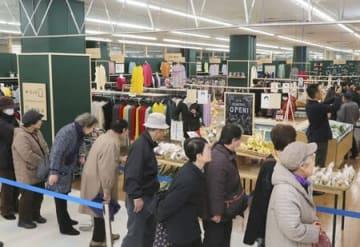 リニューアルオープンし、多くの買い物客でにぎわう「みらい市場」=3日、見附市学校町1