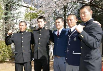 野球のU18W杯の高校日本代表1次候補による研修合宿に参加した大船渡・佐々木朗希投手(左から2人目)、東邦・石川昂弥投手(中央)ら=5日、大阪市