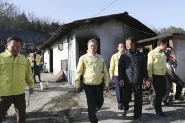 5日、韓国北東部・江原道の被災地を訪問する文在寅大統領(中央)(韓国大統領府提供・共同)