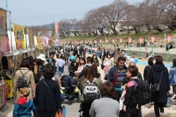 大勢の家族連れらでにぎわう「岡山さくらカーニバル」の会場=3月29日